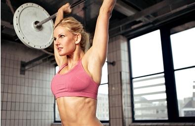 Stark tjej styrketränar